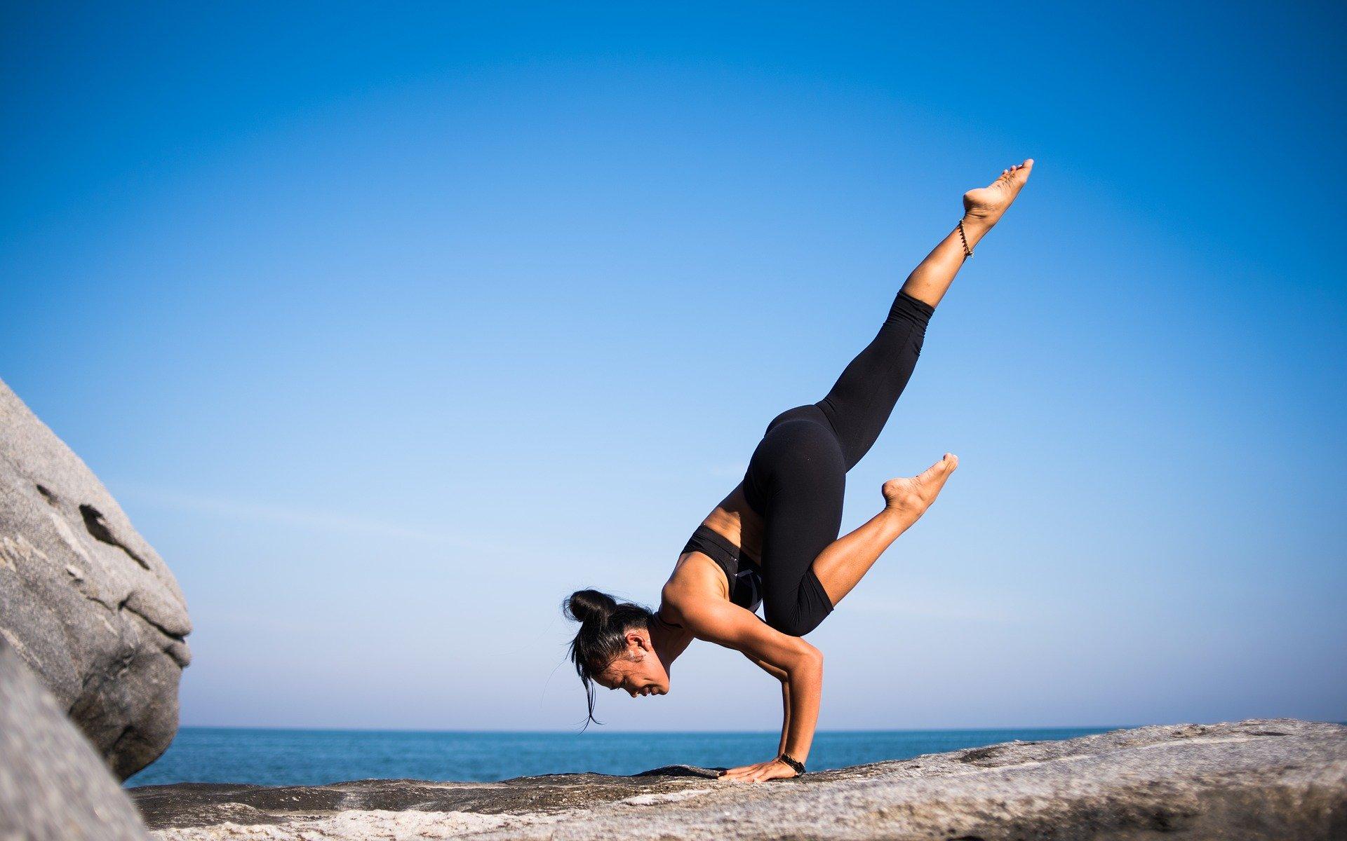 Yoga asana del cuervo volador