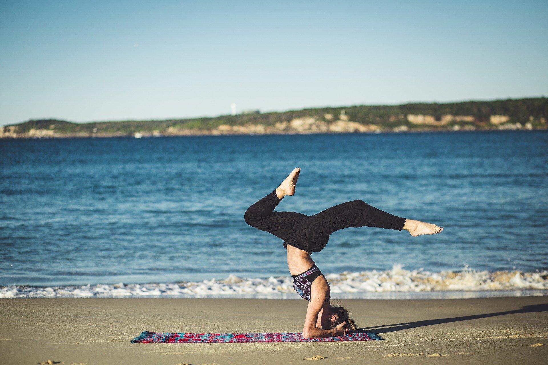 Asana Sobre la cabeza, el pino, yoga en la playa